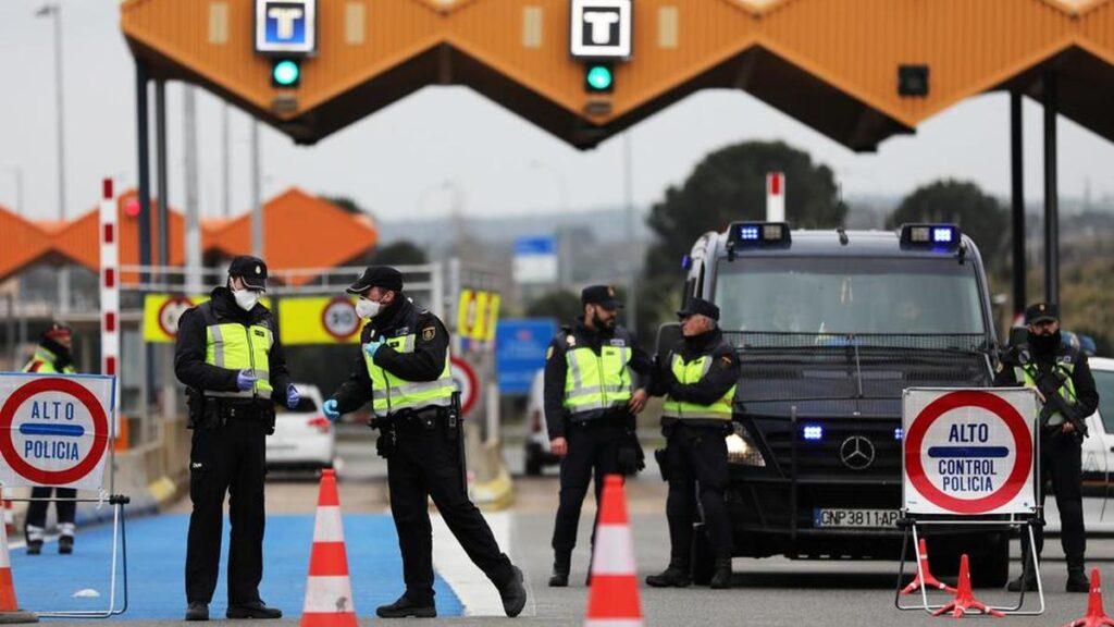 in imagine se vede granita uniunii europene si cativa politisti de frontiera cu masti pe fata